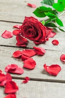 Rosen und herzen auf hölzernem brett, valentinstag