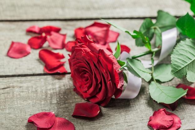 Rosen und herzen auf hölzernem brett