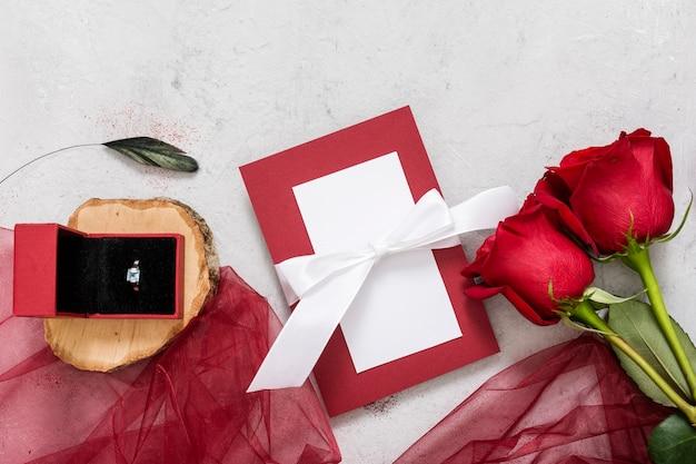 Rosen und verlobungsring auf dem tisch