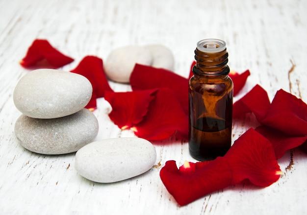 Rosenblütenblätter mit ätherischem aromaöl
