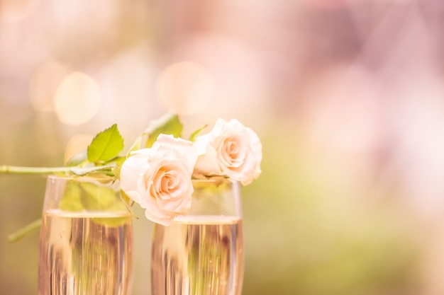 Rosenblume auf glaswein mit unschärfe bokeh