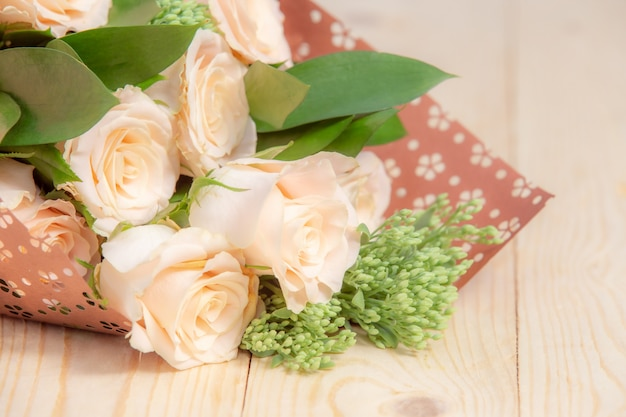 Rosenblume auf holztisch