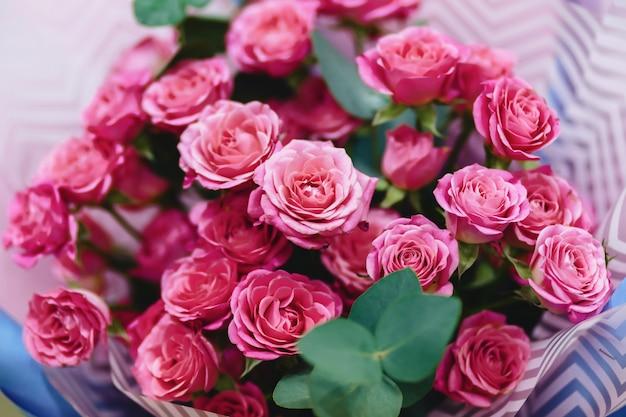 Rosenbuschwanne auf einfachem backround