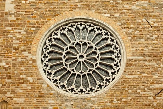 Rosenfenster in st. giusto kirche, triest