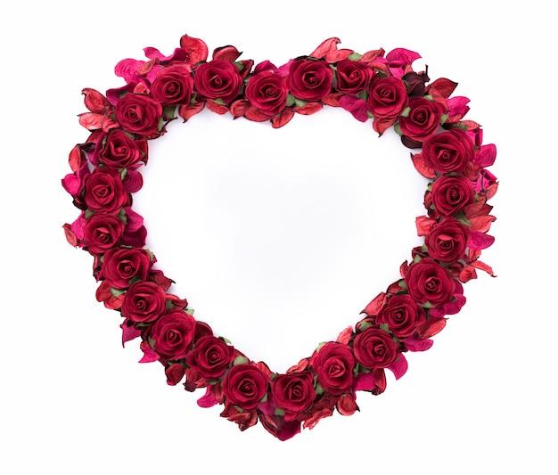 Rosenformherz lokalisiert auf weißem hintergrund für valentinstag.