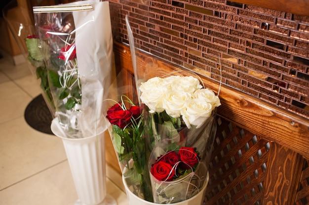 Rosensträuße in einer vase, ein geschenk für den urlaub.