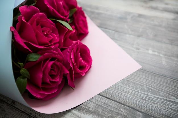 Rosenstrauß auf einem holztisch
