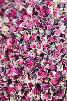 Rosentee aus blütenblättern und trockenblumen