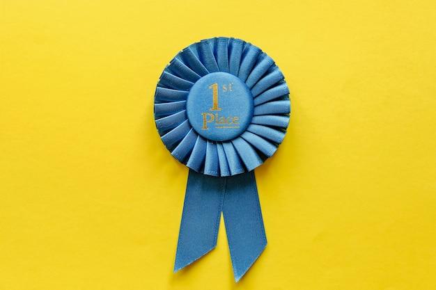 Rosette mit blauem band für den gewinner der ersten platzierung