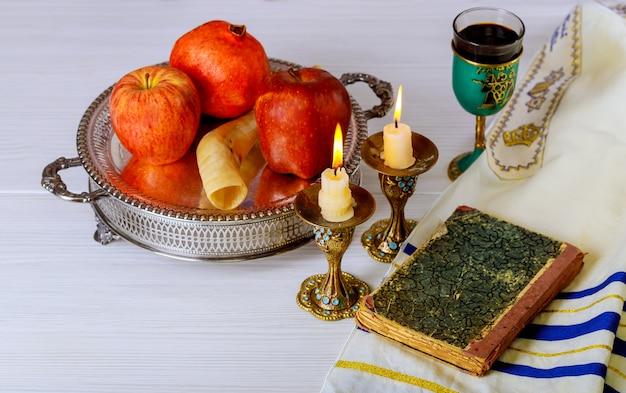 Rosh-haschanah-jewesh-ferienkonzept shofar, torah-buch, honig, apfel und granatapfel