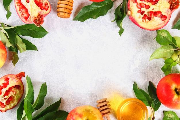 Rosh-haschanah jüdisches neujahrsfeiertagskonzept. äpfel, honig, granatapfel. platz kopieren. zu