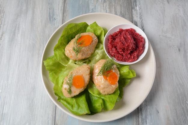 Rosh hashana tabelleneinstellung. traditionelles jüdisches passahfest - gefilter fisch mit karotten, salat und meerrettich.