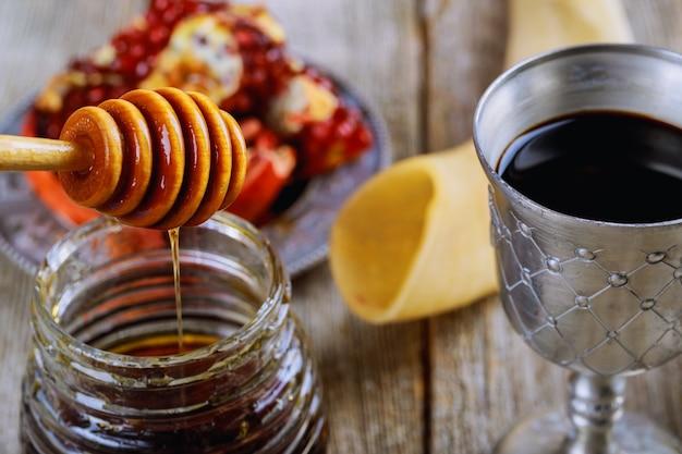 Rosh hashanah jüdisches feiertagskonzept shofar, torah buch, honig, apfel und granatapfel.