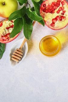 Rosh hashanah jüdisches neujahrsfeiertagskonzept. traditionelles symbol äpfel, honig, granatapfel