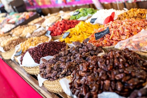 Rosinen, datteln und andere kandierte früchte, mit zucker überzogen, zum verkauf auf einem markt.