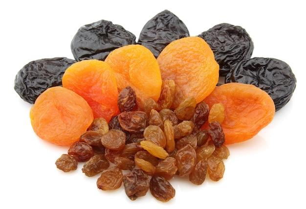 Rosinen, getrocknete aprikosen, pflaumen auf weißem hintergrund
