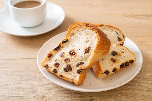 Rosinenbrot mit kaffeetasse zum frühstück