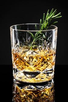 Rosmarin altmodischer whisky-cocktail