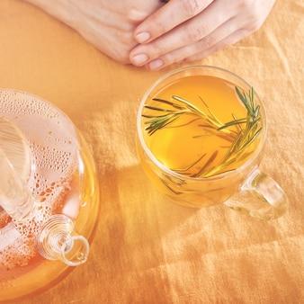 Rosmarin-antiviren-getränk vitamingetränk mit kurkuma