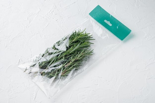 Rosmarin im plastiktüten-satz, auf weißem hintergrund