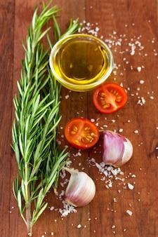 Rosmarin mit tomaten, öl, salz und knoblauch