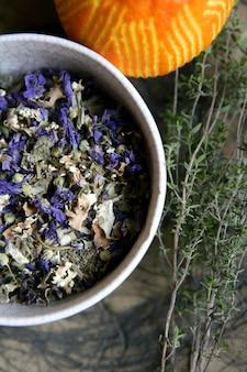 Rosmarin und lavendel mit orangen, natürlichen pflanzen