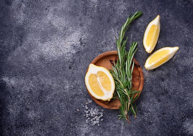 Rosmarin, zitrone und salz. traditionelle gewürze für fische