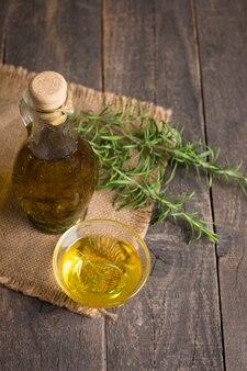 Rosmarinöl auf hölzernem hintergrund