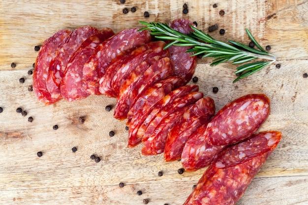 Rosmarinzweiggewürze und getrocknetes eingelegtes schweinefleisch