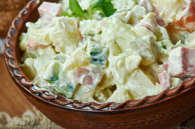 Rosols, lettischer kartoffelsalat, lettische küche, traditionelle verschiedene gerichte, ansicht von oben.