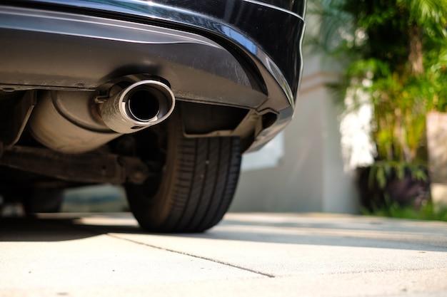 Rostfreies auspuffrohr an der unterseite des autos.