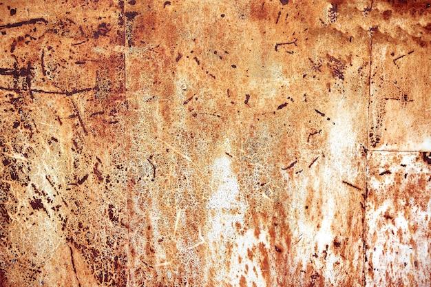 Rostige metalloberfläche mit abgezogener farbe und geätzten zahlen. abstrakte hintergrundbeschaffenheit.
