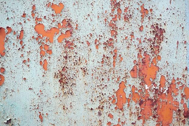 Rostige metalloberfläche mit spuren von abblätternder farbe