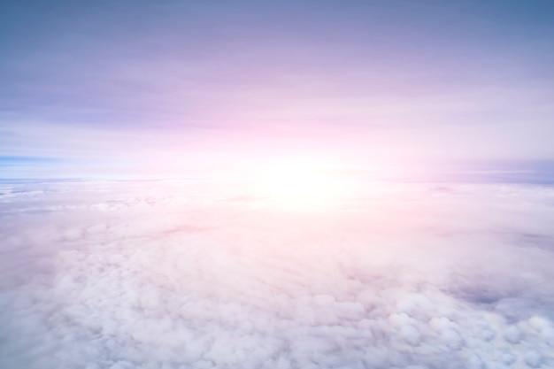 Rostige rosa himmel- und wolkenansicht über flugzeug.