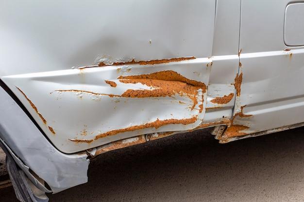 Rostige schmutzige kratzer auf dem alten auto nach unfall