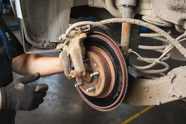 Rostige verschlissene bremsscheibe eines pkw
