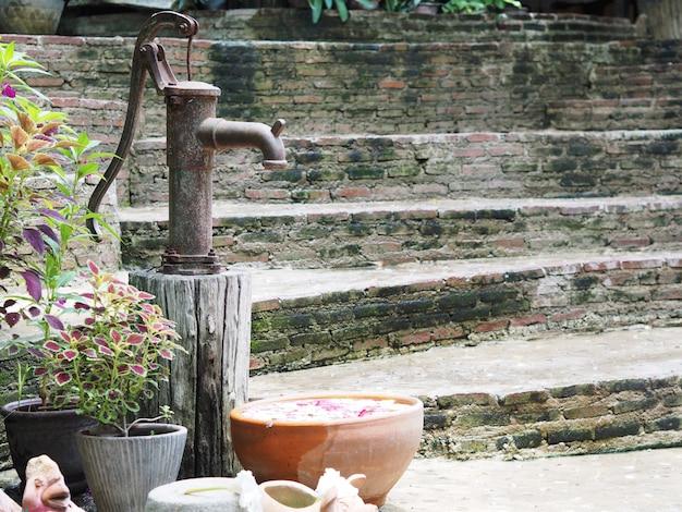 Rostige wasserpumpe der weinlese hand