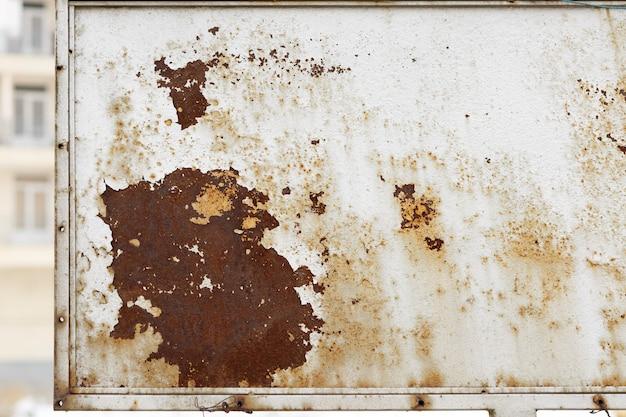 Rostiger metallhintergrund mit roststreifen. rostflecken. die metalloberfläche rostete flecken