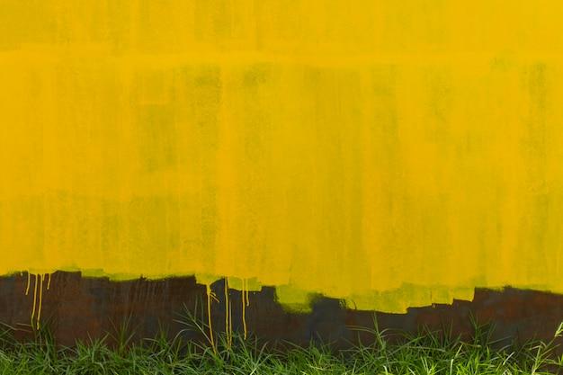 Rostiger metallischer wandhintergrund und gelbe alte farbe
