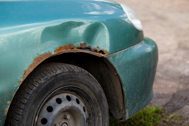 Rostiger rechter flügel des autos, ätzender defekt. korrosion und rost
