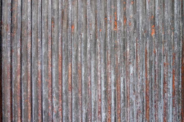 Rostiges blatt der gewölbten metallwand gemasert