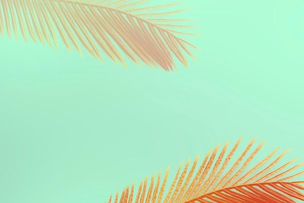 Rot gefärbtes areca-palmenblattmuster auf grünem hintergrund