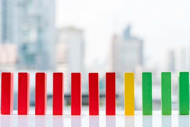 Rot, gelb und grün blockiert hölzernen dominoeffekt.