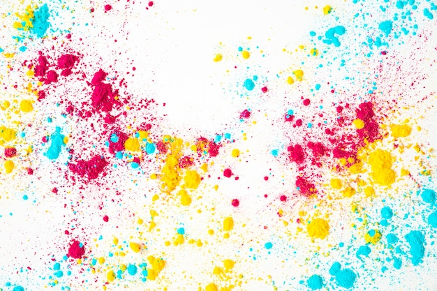 Rot; gelbe und blaue holi farbe auf weißem hintergrund