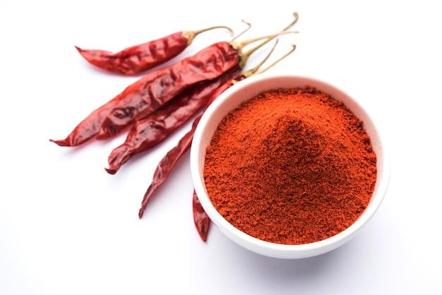 Rot getrockneter mirchi mirch oder chilly powder in einer schüssel über stimmungsvollem hintergrund, selektiver fokus