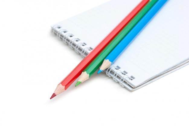 Rot-grün-blaue stifte und notizbuch isoliert