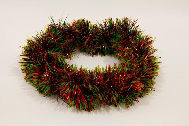 Rot-grünes lametta, weihnachtsschmuck, dekoration, isoliert auf weißem hintergrund