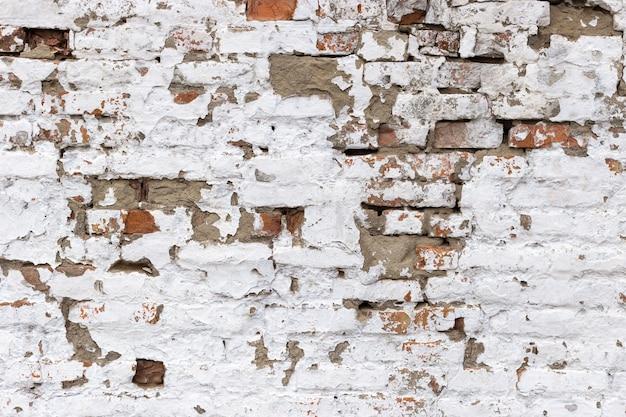 Rot mit weißem retro grunge brickwall hintergrund. stonewall wallpaper. vintage wand mit geschältem gips.