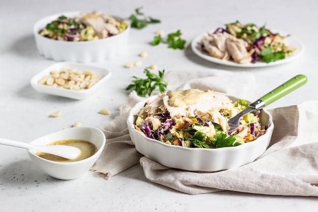 Rot- und chinakohl, karottensalat mit gebratenem truthahn