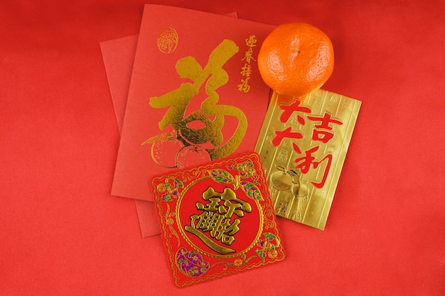 Rot und goldkarte neben einer orange